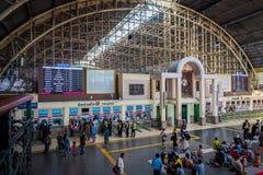Οι επιβάτες περιμένουν στη σειρά για τα εισιτήρια στο σιδηροδρομικό σταθμό της Μπανγκόκ Hua Lamphong στοκ φωτογραφία