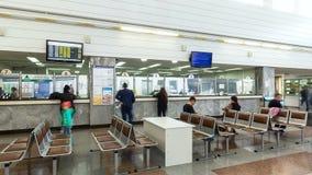 Οι επιβάτες περιμένουν τη μεταφορά στη αίθουσα αναμονής απόθεμα βίντεο