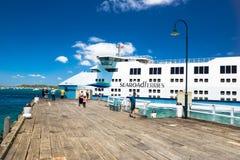 Οι επιβάτες περιμένουν το Queenscliff στο πορθμείο Σορέντο Στοκ Φωτογραφίες