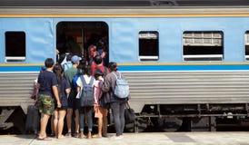 Οι επιβάτες προσπαθούν να πάρουν στο τραίνο Στοκ Εικόνες