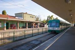 Οι επιβάτες στις πλατφόρμες του σιδηροδρομικού σταθμού και του τραίνου φθάνουν Στοκ εικόνες με δικαίωμα ελεύθερης χρήσης