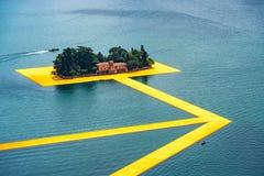 Οι επιπλέουσες αποβάθρες Η διάβαση πεζών Christo καλλιτεχνών στη λίμνη Iseo StP στοκ φωτογραφία με δικαίωμα ελεύθερης χρήσης