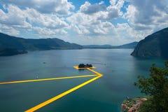 Οι επιπλέουσες αποβάθρες Η διάβαση πεζών Christo καλλιτεχνών στη λίμνη Iseo στοκ εικόνες με δικαίωμα ελεύθερης χρήσης