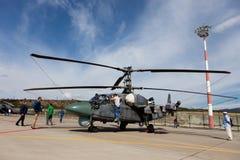 Οι επισκέπτες βλέπουν το στρατιωτικό ελικόπτερο Κα-52 Στοκ Φωτογραφία