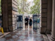 Οι επισκέπτες εξετάζουν έξω το βροχερό σκέλος από κάτω από το arca σπιτιών Somerset Στοκ εικόνες με δικαίωμα ελεύθερης χρήσης