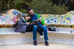 Οι επισκέπτες κατοικούν τουρίστες και της πόλης στο πάρκο Gell στις χειμερινές ημέρες Στοκ φωτογραφία με δικαίωμα ελεύθερης χρήσης