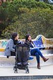 Οι επισκέπτες κατοικούν τουρίστες και της πόλης στο πάρκο Gell στις χειμερινές ημέρες Στοκ εικόνες με δικαίωμα ελεύθερης χρήσης
