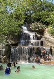 Οι επισκέπτες παίρνουν ένα μεταλλικό νερό - λουτρό στο Ι - θέρετρο, Nha Trang, Βιετνάμ Στοκ Φωτογραφίες