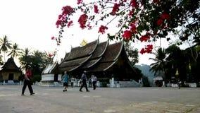 Οι επισκέπτες περιοδεύουν το λουρί Wat Xieng απόθεμα βίντεο