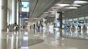 Οι επισκέπτες περπατούν γύρω από την αίθουσα αναχώρησης στον τελικό αερολιμένα 4 Changi απόθεμα βίντεο