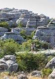 Οι επισκέπτες που περπατούν από Torcal το Natural πάρκο σύρουν, Μάλαγα, Ισπανία Στοκ Εικόνα
