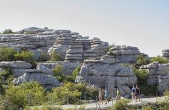 Οι επισκέπτες που περπατούν από Torcal το Natural πάρκο σύρουν, Μάλαγα, Ισπανία Στοκ φωτογραφία με δικαίωμα ελεύθερης χρήσης