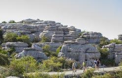 Οι επισκέπτες που περπατούν από Torcal το Natural πάρκο σύρουν, Μάλαγα, Ισπανία Στοκ Φωτογραφία