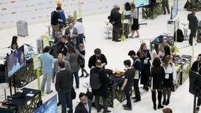 Οι επισκέπτες προσέχουν τα εκθέματα της έκθεσης φόρουμ ρομποτικής απόθεμα βίντεο
