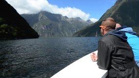 Οι επισκέπτες πλέουν σε Milford υγιές NZ