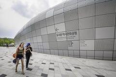Οι επισκέπτες σε Dongdaemun σχεδιάζουν Plaze, Σεούλ, Νότια Κορέα Στοκ εικόνες με δικαίωμα ελεύθερης χρήσης