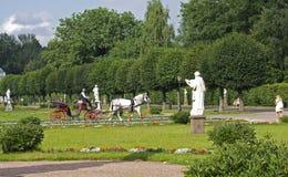 Οι επισκέπτες στο πάρκο Kuskovo οδηγούν σε μια horse-drawn μεταφορά Στοκ Εικόνες