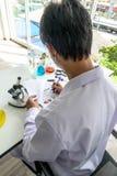 Οι επιστήμονες γράφουν τις εκθέσεις στοκ εικόνες με δικαίωμα ελεύθερης χρήσης