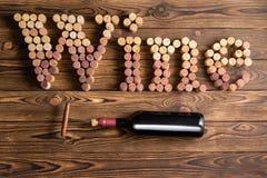 Οι επιστολές κρασιού που τακτοποιούνται βουλώνουν με το μπουκάλι Στοκ Φωτογραφία