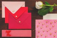 Οι επιστολές βαλεντίνων και αυξήθηκαν στοκ εικόνες