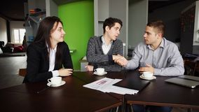 Οι επιτυχείς επιχειρηματίες, οι άγνωστοι νεαροί άνδρες και οι γυναίκες συναντούν Στοκ Εικόνα
