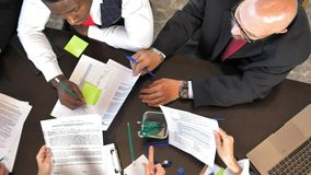 Οι επιτυχείς επιχειρηματίες συζητούν τα νέα προγράμματα ξεκινήματος Τοπ όψη φιλμ μικρού μήκους