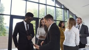 Οι επιτυχείς νέοι multiethnic επιχειρηματίες εργάζονται στη αίθουσα συνδιαλέξεων Τραπεζικοί ανώτεροι υπάλληλοι ομάδας, πόλη συνεδ φιλμ μικρού μήκους