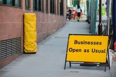 Οι επιχειρήσεις ανοικτές ως συνήθως υπογράφουν Στοκ εικόνα με δικαίωμα ελεύθερης χρήσης