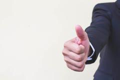 Οι επιχειρηματίες δίνουν τους αντίχειρες επάνω για το επιχειρησιακό χέρι για την εισαγωγή κειμένων Στοκ Εικόνες