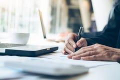 Οι επιχειρηματίες αναλύουν τα στοιχεία μάρκετινγκ υψηλής επίδοσης στοκ φωτογραφίες