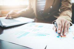 Οι επιχειρηματίες αναλύουν τη λύση υψηλής επίδοσης στοκ εικόνες