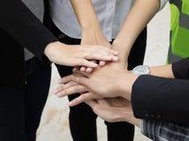 Οι επιχειρηματίες δίνουν το συντονισμό Στοκ Εικόνες