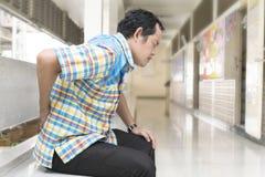 Οι επιχειρηματίες είναι στο νοσοκομείο με το δριμύ πόνο πόνου στην πλάτη στοκ φωτογραφίες