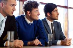 Οι επιχειρηματίες επικοινωνούν στη διάσκεψη Στοκ φωτογραφία με δικαίωμα ελεύθερης χρήσης
