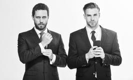 Οι επιχειρηματίες επιλέγουν τον επίσημο ιματισμό Κάθε λεπτομέρεια πειράζει Μοντέρνη εμφάνιση Κώδικας ντυσίματος επιχειρησιακού ύφ στοκ εικόνες