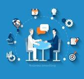 Οι επιχειρηματίες διεξάγουν τις διαπραγματεύσεις σε έναν πίνακα Στοκ φωτογραφία με δικαίωμα ελεύθερης χρήσης