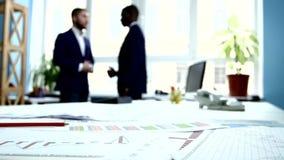 Οι επιχειρηματίες διευθύνουν την επιχείρηση Εστίαση επάνω απόθεμα βίντεο