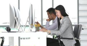 Οι επιχειρηματίες κάθονται και εργαζόμενος από κοινού απόθεμα βίντεο