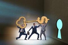 Οι επιχειρηματίες με τη βασική πόρτα ξεκλειδώματος δολαρίων Στοκ εικόνα με δικαίωμα ελεύθερης χρήσης