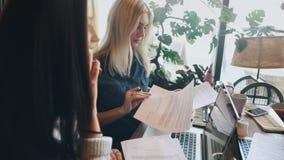 Οι επιχειρηματίες μιας επιχείρησης συζητούν ενεργά ένα επιχειρησιακό πρόγραμμα σε έναν καφέ και υπογράφουν μια σύμβαση φιλμ μικρού μήκους