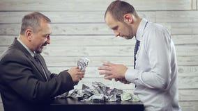 Οι επιχειρηματίες μοιράζονται τα χρήματα απόθεμα βίντεο