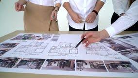 Οι επιχειρηματίες ομαδοποιούν σχετικά με τη συνεδρίαση και την παρουσίαση στο φωτεινό σύγχρονο γραφείο με τον αρχιτέκτονα μηχανικ απόθεμα βίντεο