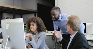 Οι επιχειρηματίες ομαδοποιούν να εργαστούν μαζί στον υπολογιστή που μιλά το σύγχρονο coworking γραφείο με τη συζήτηση ομάδων busi φιλμ μικρού μήκους