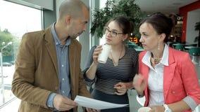 Οι επιχειρηματίες πίνουν τον καφέ και συζητούν τις επιχειρησιακές ιδέες Μεσημεριανό γεύμα, εργασία, καφετερία απόθεμα βίντεο