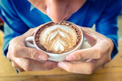 Οι επιχειρηματίες πίνουν τον καφέ το πρωί σε resturent στοκ εικόνες