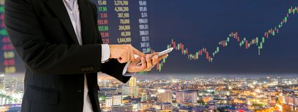 Οι επιχειρηματίες πετυχαίνουν στο χρηματιστήριο και την τεχνολογία Στοκ φωτογραφία με δικαίωμα ελεύθερης χρήσης