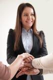 Οι επιχειρηματίες που ενώνουν τα χέρια, θηλυκός ανώτερος υπάλληλος ενώνουν τους υπαλλήλους Στοκ εικόνες με δικαίωμα ελεύθερης χρήσης