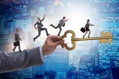 Οι επιχειρηματίες που χαράζουν ο ένας τον άλλον προς το κλειδί στην επιτυχία Στοκ Εικόνα
