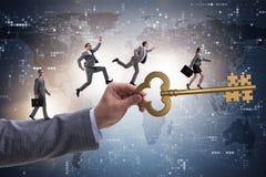 Οι επιχειρηματίες που χαράζουν ο ένας τον άλλον προς το κλειδί στην επιτυχία Στοκ Εικόνες