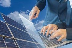 Οι επιχειρηματίες προγραμματίζουν την κατασκευή εγκαταστάσεων ηλιακής ενέργειας για μια νέα πηγή εναλλακτικής ενέργειας, μια έννο στοκ φωτογραφία με δικαίωμα ελεύθερης χρήσης